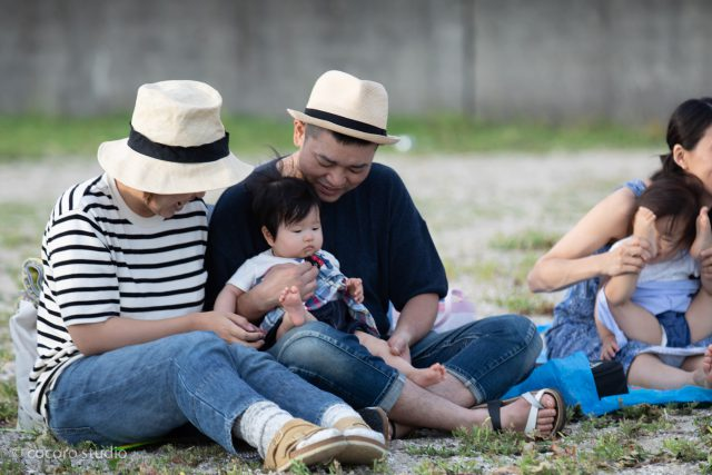 赤ちゃんマッサージ。撮影はココロスタジオ。林崎松江海岸